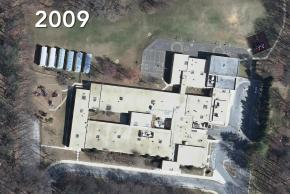 2009 aerial photograph of Kings Park Elementary School. The school has six mobile classroom trailers in the rear of the building.